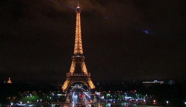 La tour Eiffel s'éteint en soutien à Barcelone (vidéo)