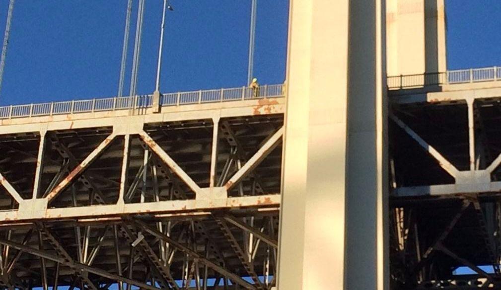 L'homme en détresse maîtrisé par les policiers sur le pont Pierre-Laporte