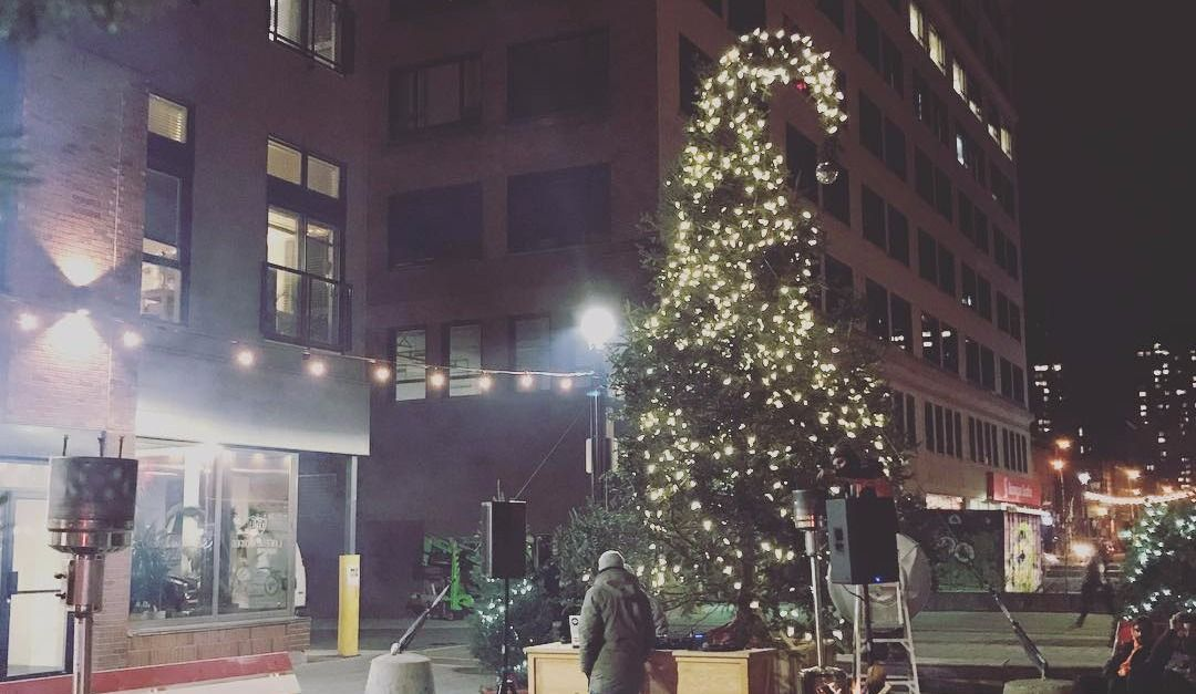 [5 PICS] MTL's Christmas Tree is Truly Horrendous