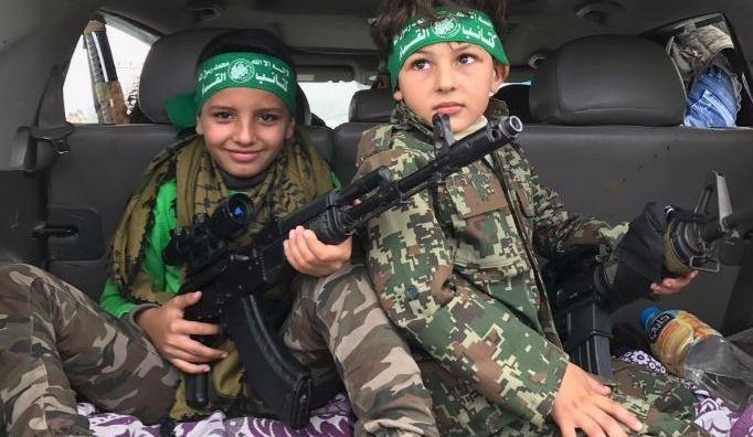 Des enfants armés au 30e anniversaire du Hamas à Gaza (galerie photo)