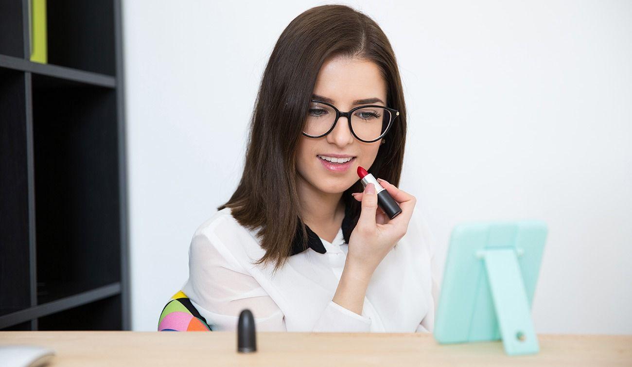 5 trucs de maquillage géniaux pour celles qui portent des lunettes