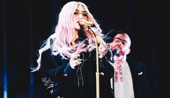 Kesha tombe sur scène à Dubaï