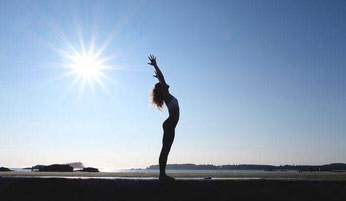 Routine de yoga à faire au lit pour débuter la journée du bon pied!