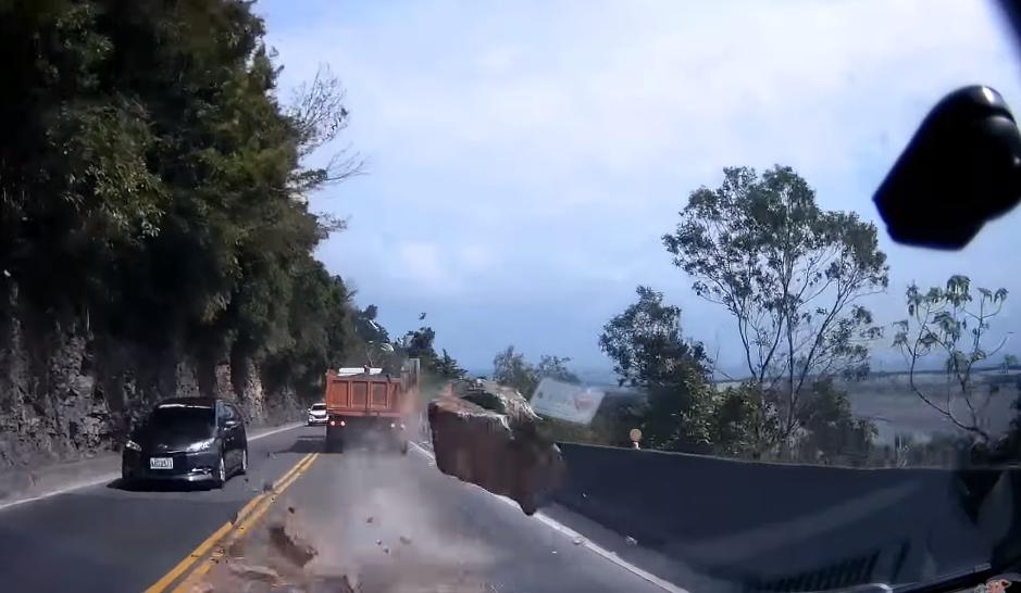 Une caméra capte un éboulement sur la route