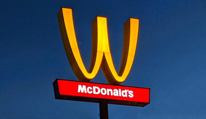 McDonald a retourné son logo
