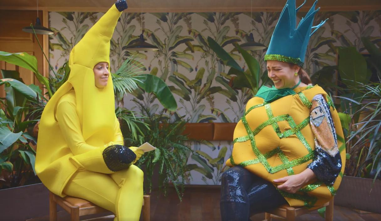 Entrevue rigolote entre une banane et un ananas