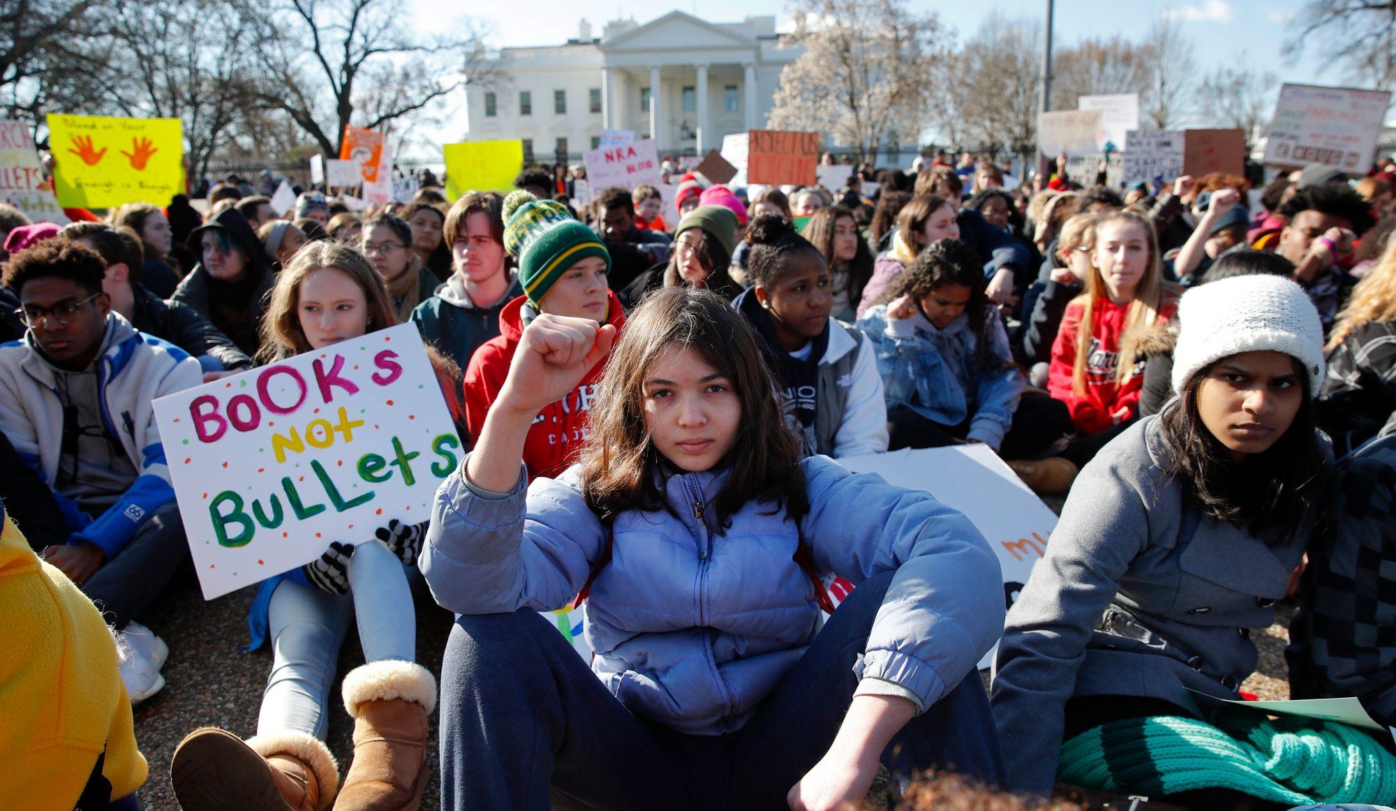 Les jeunes étudiants américains manifestent contre les armes