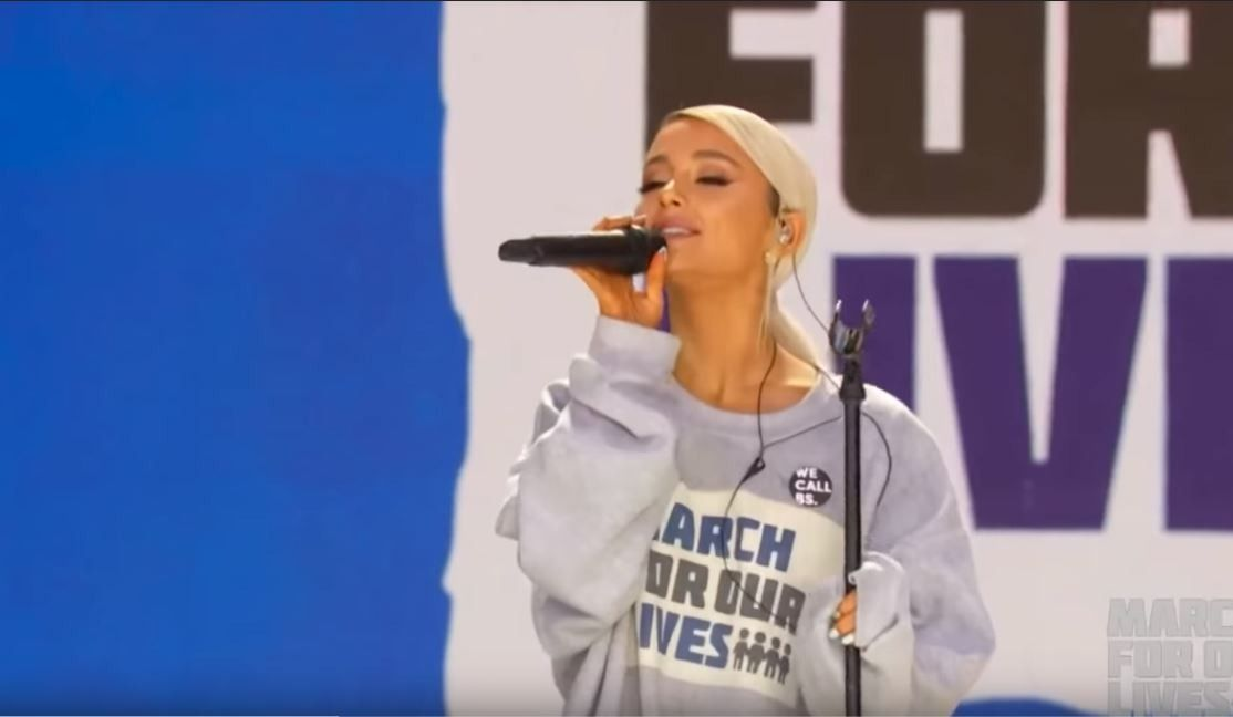 Ariana Grande appears in the spotlight for a good cause