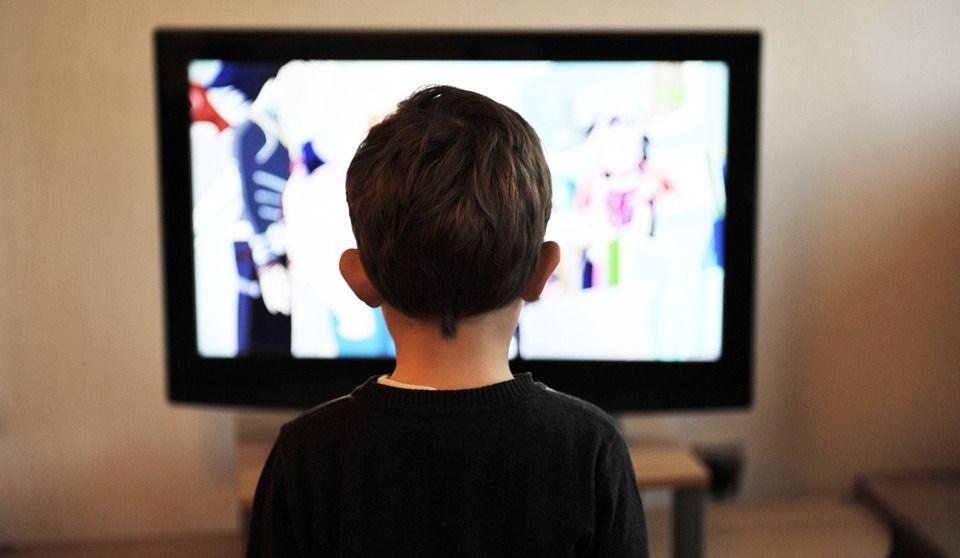 Les enfants et la télé : chez vous, ça va?