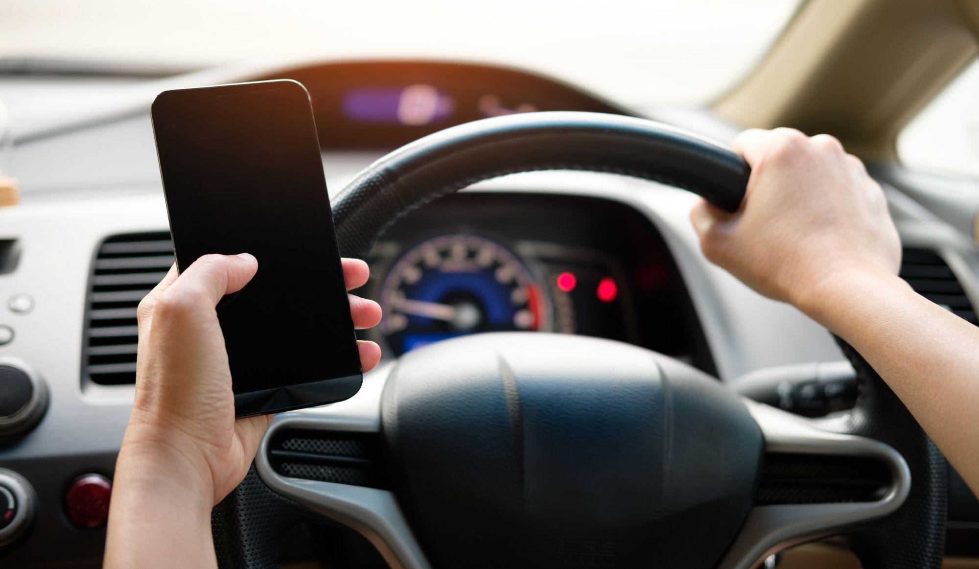 Cellulaire au volant: c'est samedi que les règles (et les amendes!) changent!