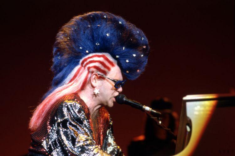 Elton John en 10 costumes flamboyants , Rythme 105.7